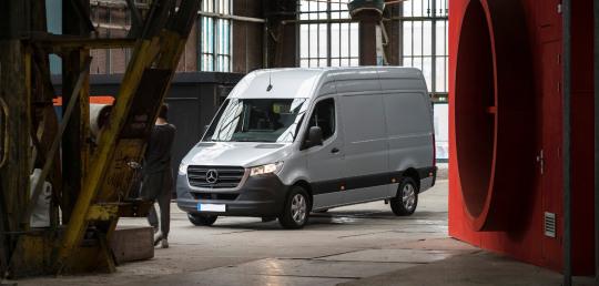 mercedes-benz-sprinter-gesloten-bestelwagen-video-mobiel