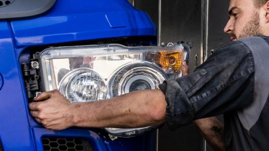 mercedes-benz-trucks-service-24h-slider